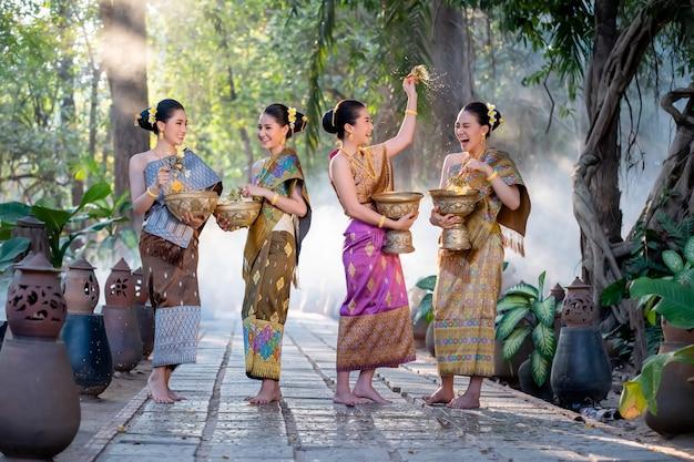 Piękna Azjatycka Kobiety Chełbotania Woda Podczas Tradycja Festiwalu Tajlandzkiego, Songkran Festiwal. Premium Zdjęcia