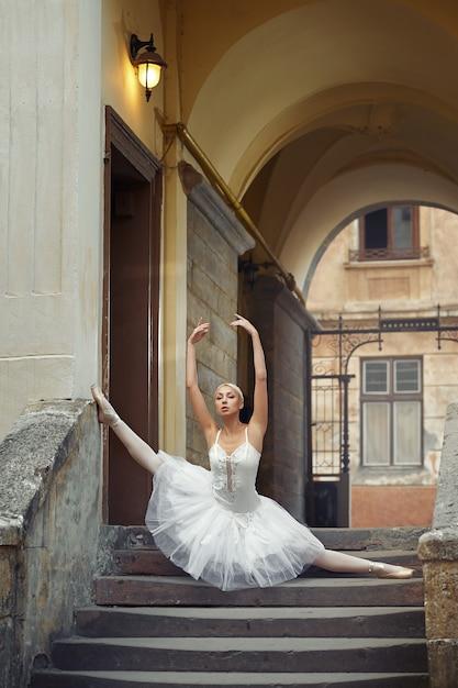 Piękna Balerina Tanczy Blisko Starego Budynku Darmowe Zdjęcia