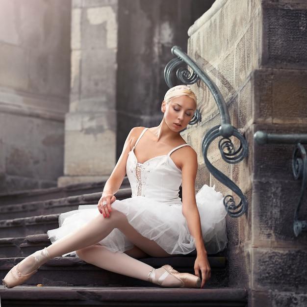 Piękna Baletnicza Kobieta Na Schodkach Darmowe Zdjęcia