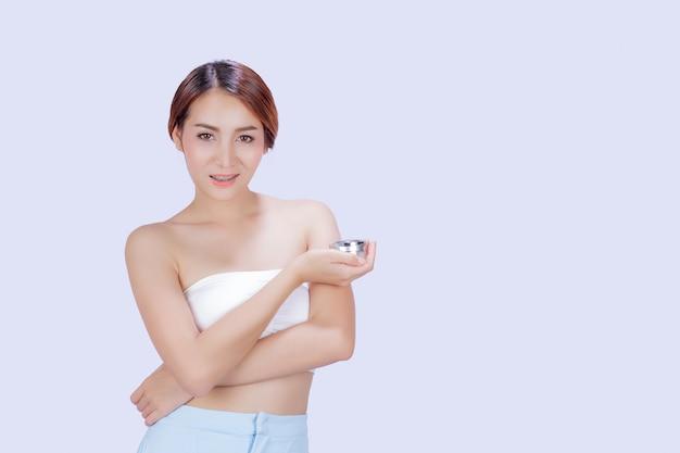 Piękna biała kobieta pokazuje różnorodnych gesty z bielem. Darmowe Zdjęcia