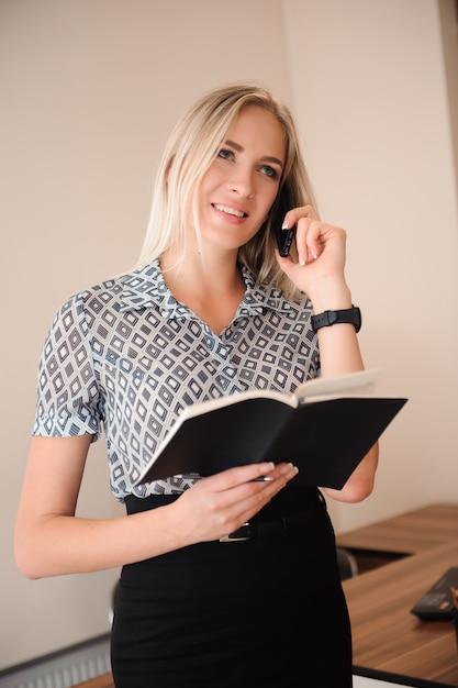 Piękna biznesowa kobieta pracuje z sprzedażami w jej biurze Premium Zdjęcia