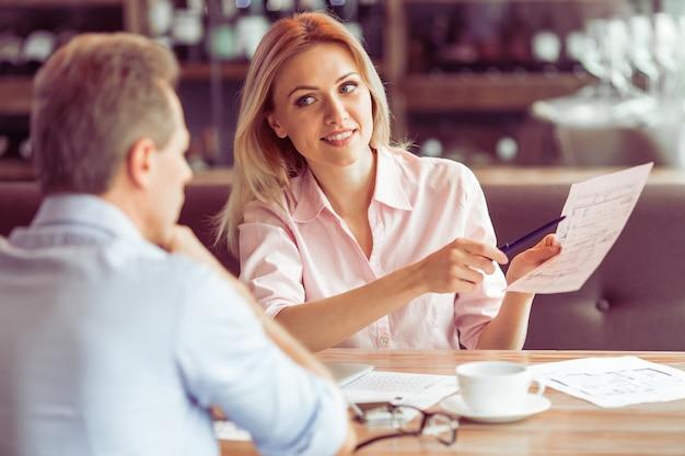 Piękna Biznesowa Kobieta Trzyma Dokument. Premium Zdjęcia