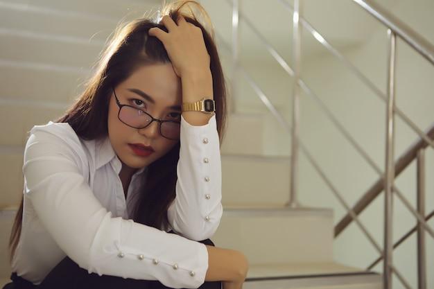 Piękna Bizneswoman Smutna Po Otrzymaniu Złych Wieści O Swojej Inwestycji. Premium Zdjęcia