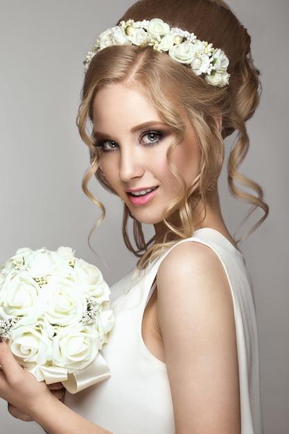 Piękna Blond Dziewczyna Na Obrazku Panny Młodej Z Białymi Kwiatami Na Głowie Premium Zdjęcia