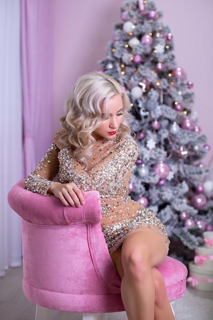 Piękna Blond Kobieta W Dekoracji świątecznej Premium Zdjęcia