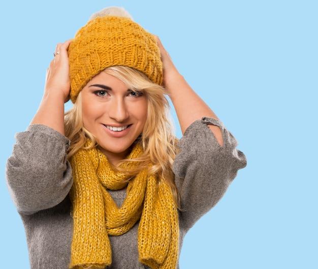 Piękna blondynka w kapeluszu i szaliku Darmowe Zdjęcia