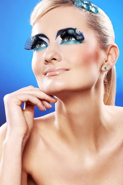 Piękna Blondynka Z Artystycznym Makijażem Darmowe Zdjęcia