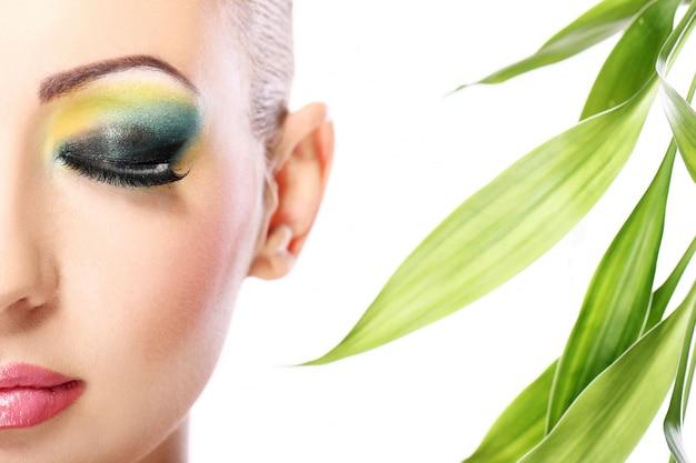 Piękna Blondynka Z Liśćmi Bambusa Darmowe Zdjęcia