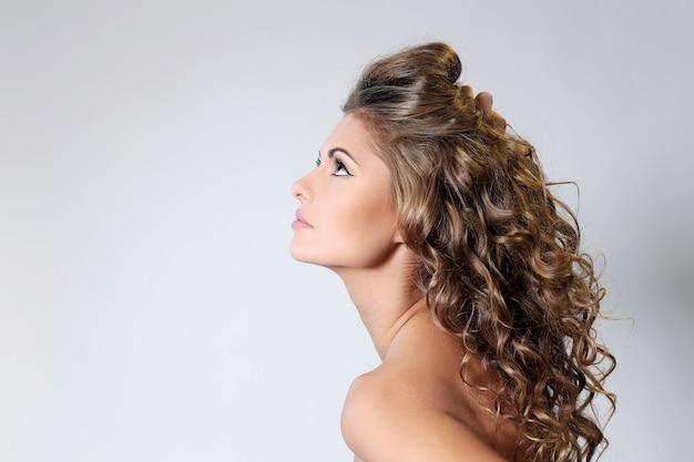 Piękna brunetki kobieta z kędziorami Darmowe Zdjęcia