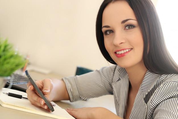 Piękna brunetki kobieta Darmowe Zdjęcia