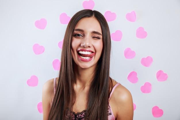 Piękna Brunetki Kobiety Ono Uśmiecha Się. Ekspresyjny Wyraz Twarzy. Walentynki Koncepcja Miłości Premium Zdjęcia