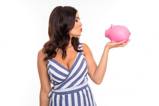 Piękna Caucasian Kobieta Trzyma Różowego świniowatego Moneybox, Obrazek Odizolowywający Na Bielu Premium Zdjęcia