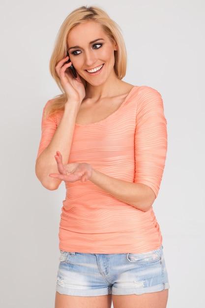 Piękna caucasian kobieta z telefonem Darmowe Zdjęcia