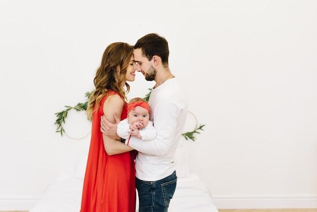 Piękna Caucasian Trzy Rodzina ściska Wpólnie, Ojciec I Matka Z Ich Dziecko Córką Z Przestrzenią Dla Teksta Premium Zdjęcia
