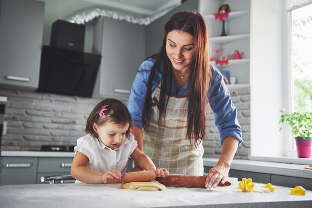Piękna Córka Z Matką Gotującą W Kuchni Darmowe Zdjęcia