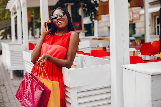 Piękna Czarna Dziewczyna Z Torba Na Zakupy W Mieście Darmowe Zdjęcia