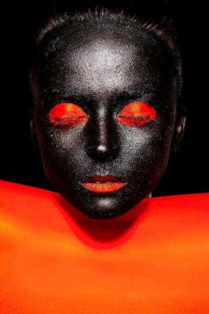 Piękna Czarna Kobieta W Czarnej Masce Z Jasnym Pomarańczowym Makijażem I Ustami Darmowe Zdjęcia
