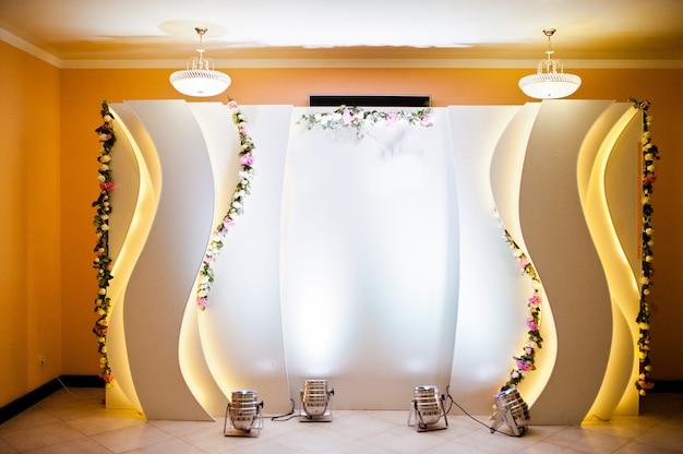 Piękna Dekoracja ślubna W Restauracji. Luksusowa Strefa Fotograficzna. Premium Zdjęcia
