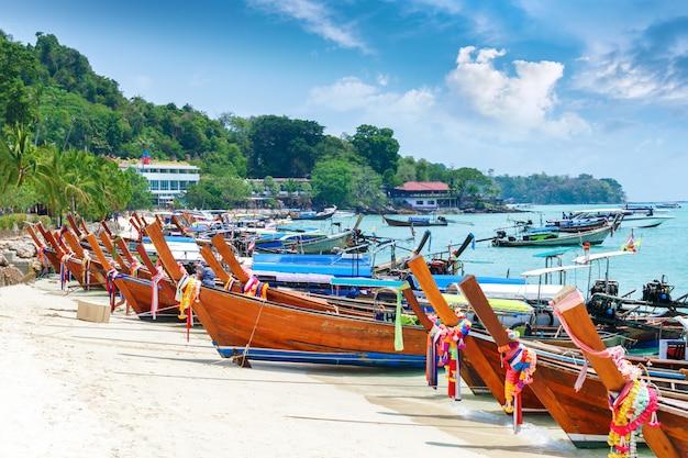 Piękna Długa Plaża Z łodziami, Phi Phi Wyspa, Tajlandia. Tropikalny Krajobraz. Koncepcja Podróży. Premium Zdjęcia