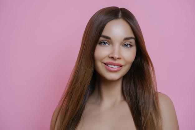 Piękna Długowłosa Kobieta Z Przyjemnym Uśmiechem, Ma Idealną Skórę Premium Zdjęcia