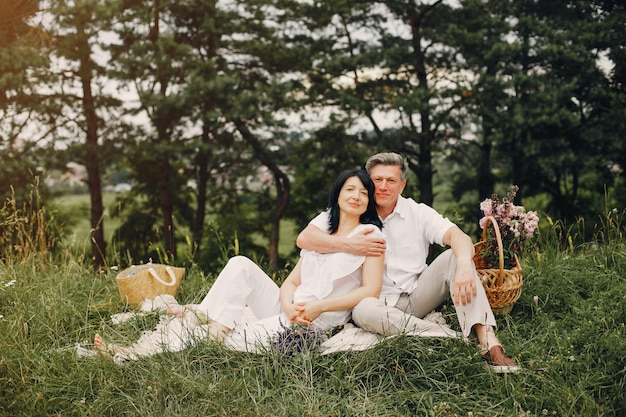 Piękna dorosła para spędza czas w polu letnim Darmowe Zdjęcia