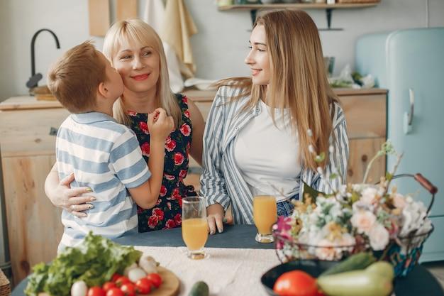 Piękna duża rodzina przygotowuje jedzenie w kuchni Darmowe Zdjęcia