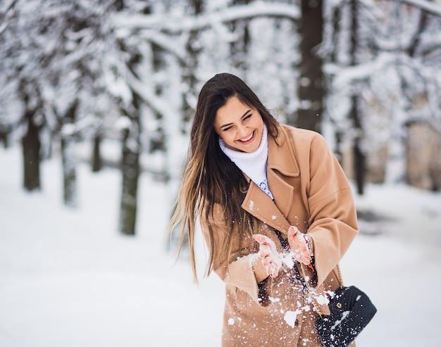 Piękna dziewczyna bawić się z śniegiem Darmowe Zdjęcia