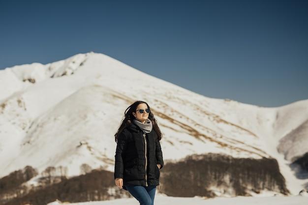 Piękna Dziewczyna, Ciesząc Się Słońcem W Zimowy Dzień W Górach Alp. Premium Zdjęcia