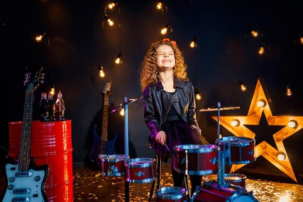 Piękna Dziewczyna Gra Na Perkusji Premium Zdjęcia