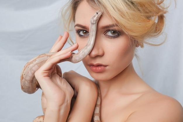 Piękna Dziewczyna I Wąż Boa Dusiciel, Który Owija Się Wokół Jej Twarzy Darmowe Zdjęcia