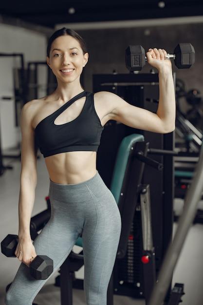 Piękna dziewczyna jest zaangażowana w siłownię Darmowe Zdjęcia