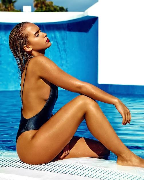 Piękna Dziewczyna Model O Ciemnych Włosach W Czarnych Strojach Kąpielowych Darmowe Zdjęcia