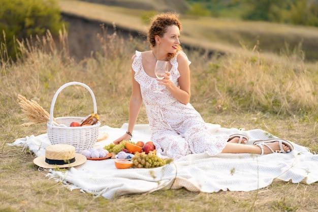 Piękna Dziewczyna Na Pikniku W Malowniczym Miejscu. Romantyczny Piknik. Premium Zdjęcia