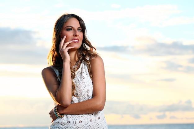 Piękna dziewczyna na plaży Darmowe Zdjęcia