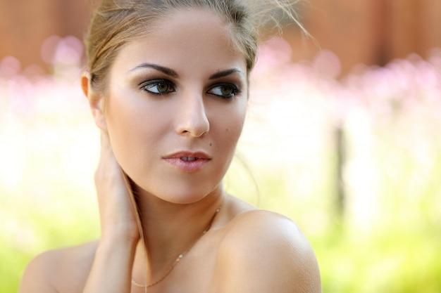Piękna dziewczyna na zewnątrz Darmowe Zdjęcia