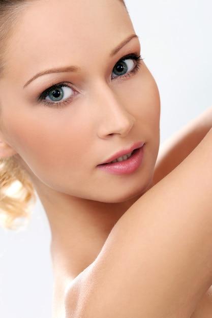 Piękna dziewczyna o czystej i doskonałej skórze Darmowe Zdjęcia