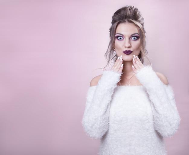 Piękna dziewczyna o niebieskich oczach, brązowych włosach, pięknej grze emocji z rękami Premium Zdjęcia