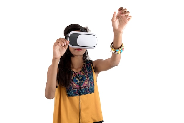 Piękna Dziewczyna Patrząc Przez Urządzenie Vr. Młoda Dziewczyna Nosi Zestaw Słuchawkowy Gogle Wirtualnej Rzeczywistości. Premium Zdjęcia