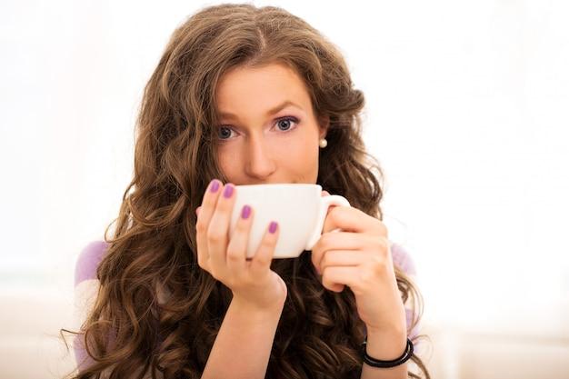 Piękna dziewczyna pije kawę Darmowe Zdjęcia
