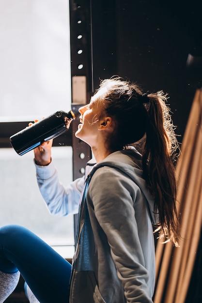Piękna Dziewczyna Piła Wodę Z Plastikowej Butelki, Ciepły Słoneczny Poranek Darmowe Zdjęcia