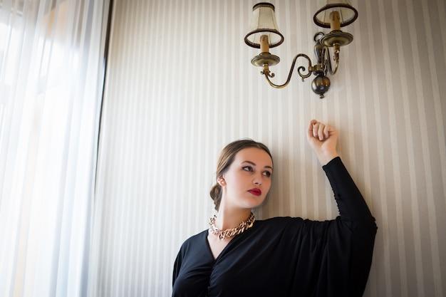 Piękna Dziewczyna Pozuje Na Rocznik ścianie Premium Zdjęcia