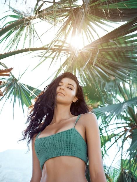 Piękna Dziewczyna Pozuje W Tropikalnym Lesie. Idealny Portret Z Bliska Premium Zdjęcia