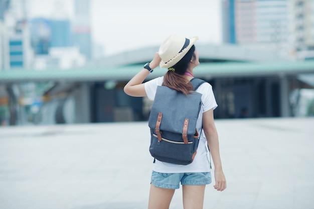 Piękna Dziewczyna Spaceru Na Ulicy Miasta. Podróżowanie Po Tajlandii Darmowe Zdjęcia