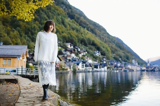 Piękna dziewczyna spaceru wokół jeziora jesienią Darmowe Zdjęcia