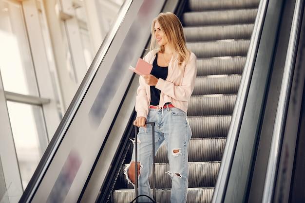 Piękna dziewczyna stoi na lotnisku Darmowe Zdjęcia