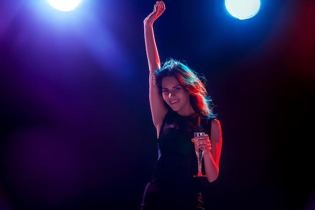 Piękna Dziewczyna Tańczy Na Imprezie I Pije Szampana Darmowe Zdjęcia