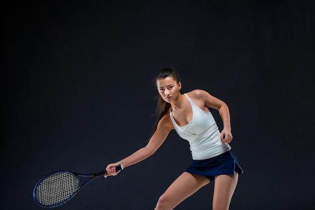 Piękna Dziewczyna Tenisista Z Rakietą Na Ciemnym Tle Darmowe Zdjęcia