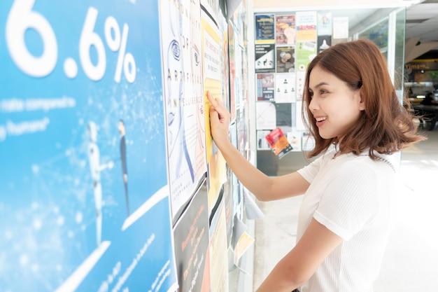 Piękna Dziewczyna Uniwersytecka Ekscytuje Się Jej Testem Premium Zdjęcia