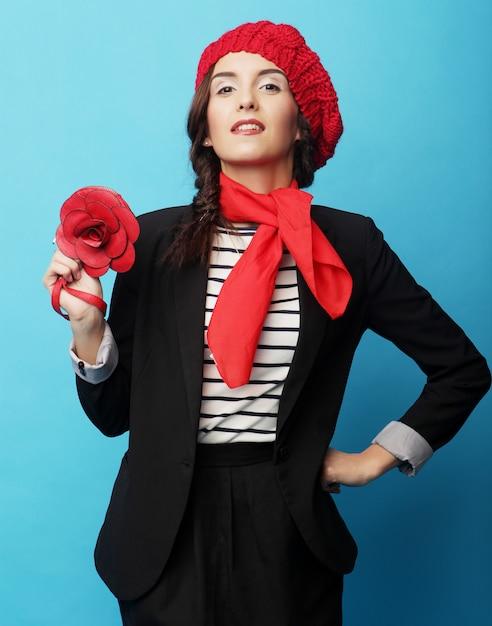 Piękna dziewczyna w czerwonym berecie. styl francuski. Premium Zdjęcia