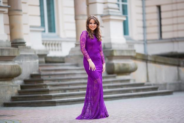 Piękna Dziewczyna W Fioletowej Niebieskiej Sukience Premium Zdjęcia